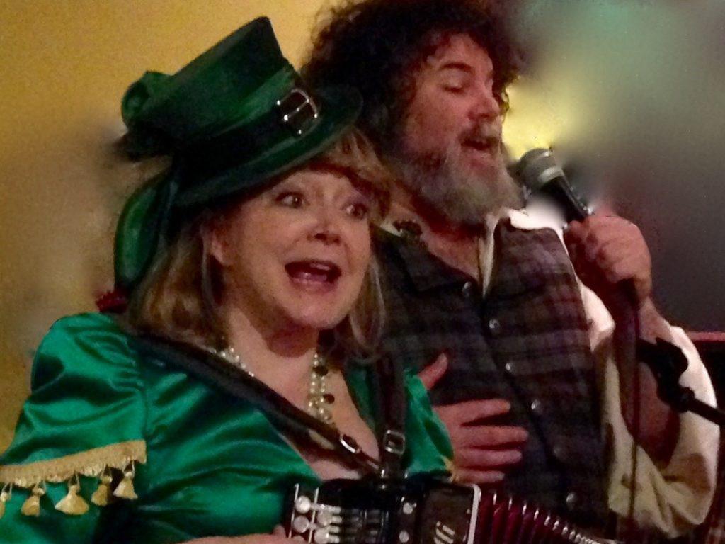Jennifer Cutting & Steve Winick leader a Pub Sing